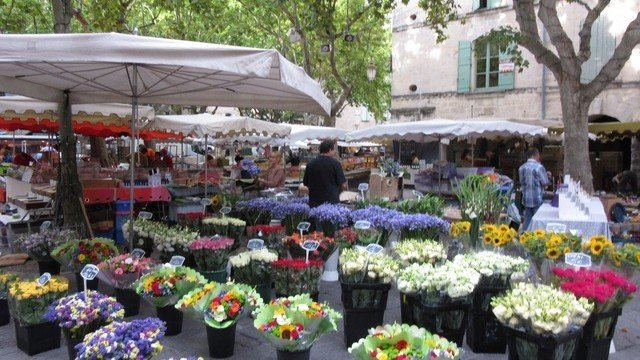 Clourful markets to explore and mingle with the locals